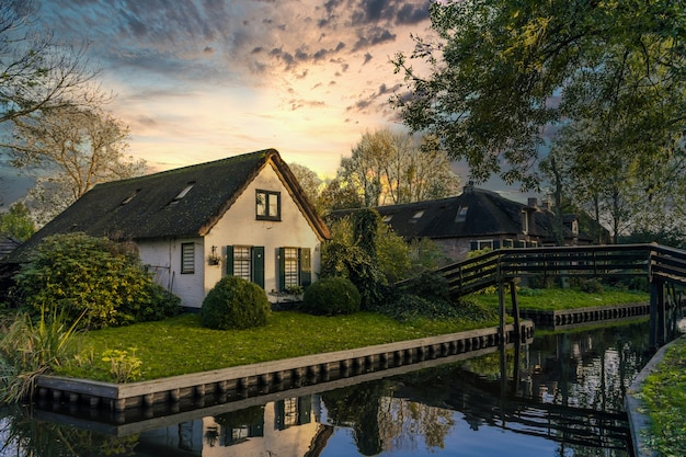 Giethoorn, netherlands - 5 november 2019: traditional dutch houses in giethoorn village, netherlands