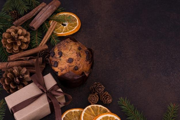 クリスマスの装飾の背景にギフトとカップケーキ
