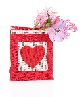 Подарочный пакет с цветами, изолированные на белом фоне