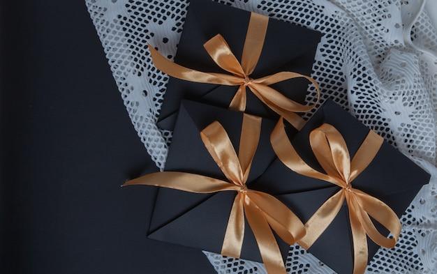 황금 리본으로 포장 된 선물 블랙 오프닝, 평면도