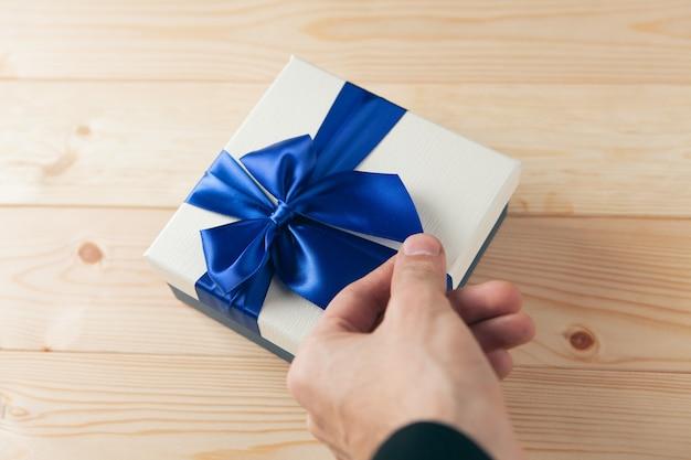 테이블에 선물 블루 리본