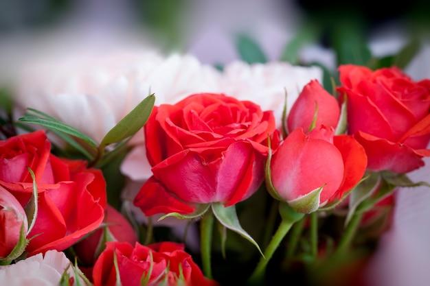 Подарочный букет с красными розами и розовыми гвоздиками, красивые цветы в подарок