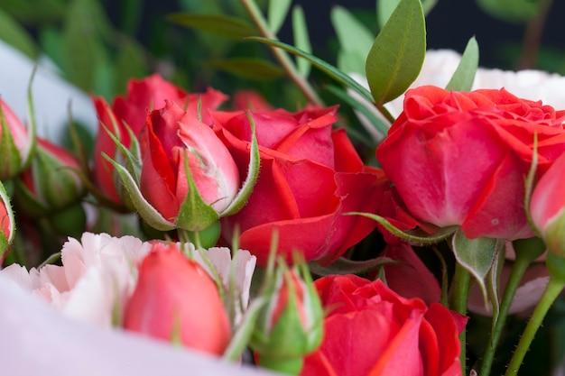 Подарочный букет с красными розами и розовыми гвоздиками, красивые цветы в подарок Premium Фотографии