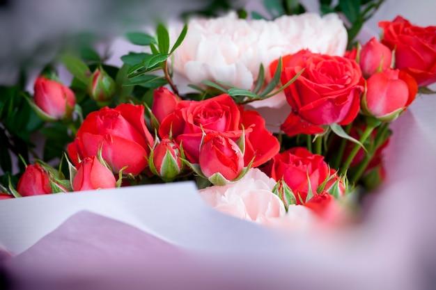 Подарочный букет из красных роз и розовых гвоздик
