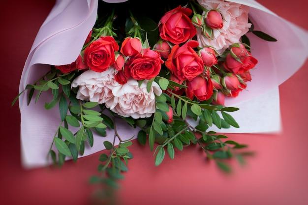 Подарочный букет с красными розами