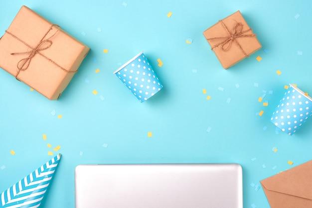 青い背景の上のギフトボックスと誕生日パーティーのもの
