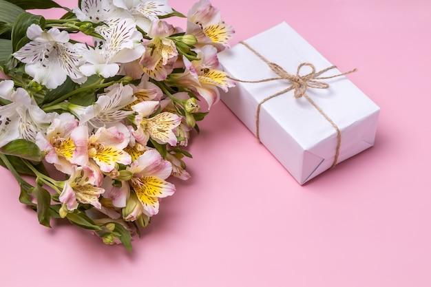 Подарочная коробка и букет из альстромерий