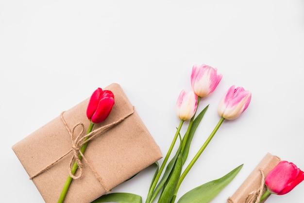 Подарочная коробка и букет ярких цветов