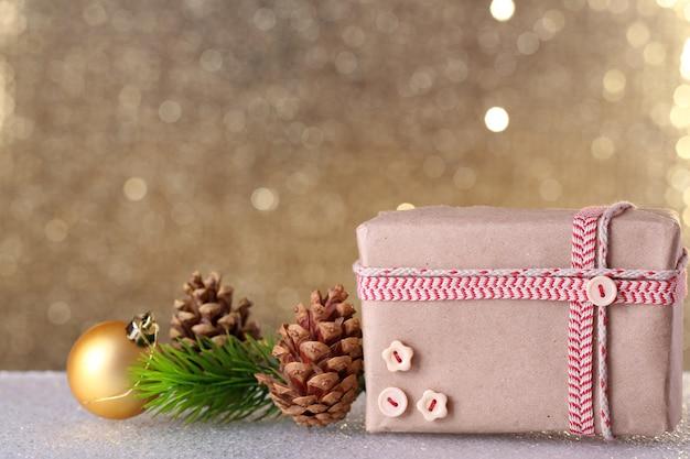 光沢のある表面のテーブルにギフトボックスとクリスマスの装飾