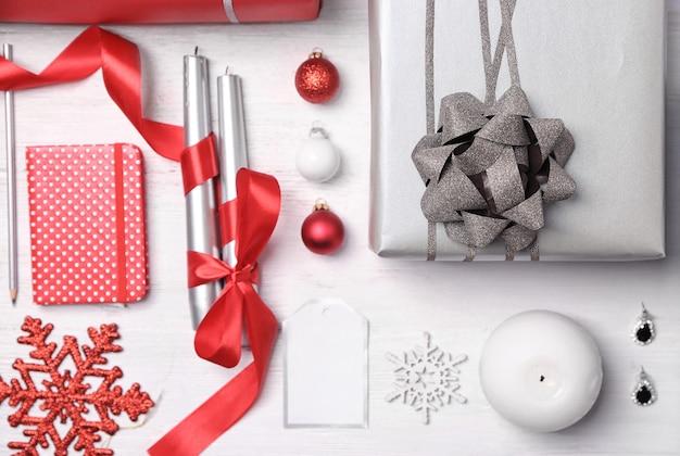 Подарочная коробка и рождественские украшения на деревянных фоне