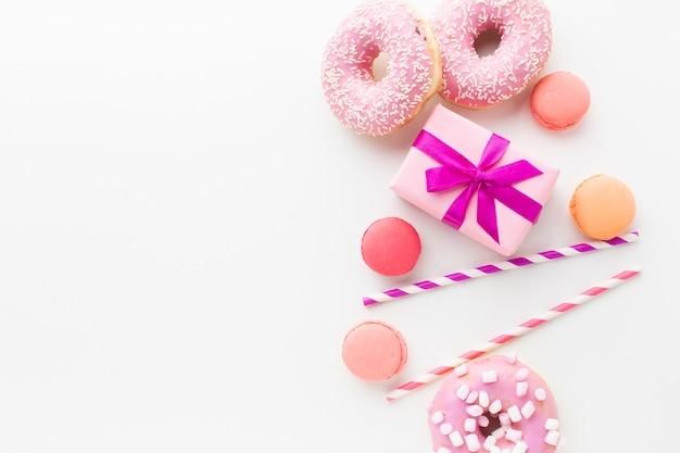 Подарочная коробка и пончики копией пространства