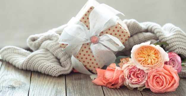 Подарочная коробка и свежие розы. концепция праздника.
