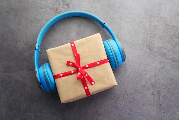 검은 배경에 선물 상자와 심장 전화
