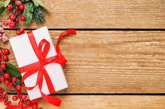 Подарочная коробка и фон вид сверху ягод падуба ilex.