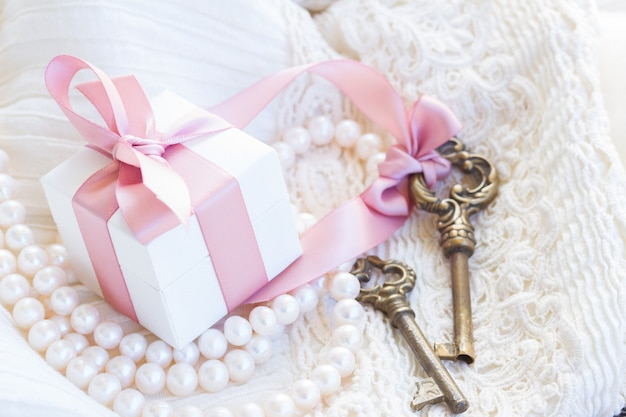 Подарочная коробка и ключи с жемчужными украшениями и кружевом