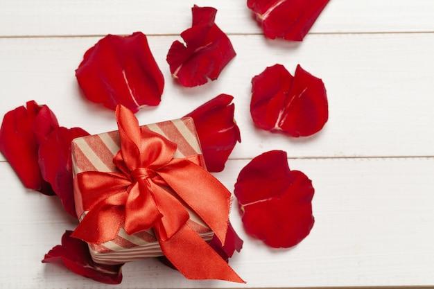 ギフトボックスとバラの花びら