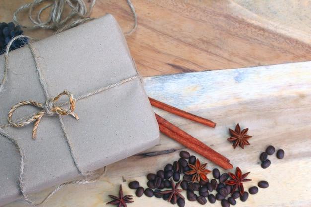Подарочная коробка и деревенские украшения
