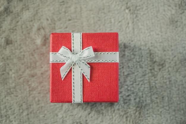 Подарочная коробка и белый бант