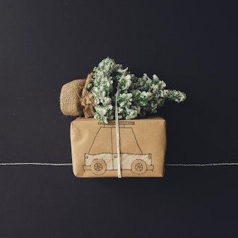 크리스마스 트리 그리기 선물 상자 자동차입니다. 평평하다. 크리스마스 컨셉입니다.