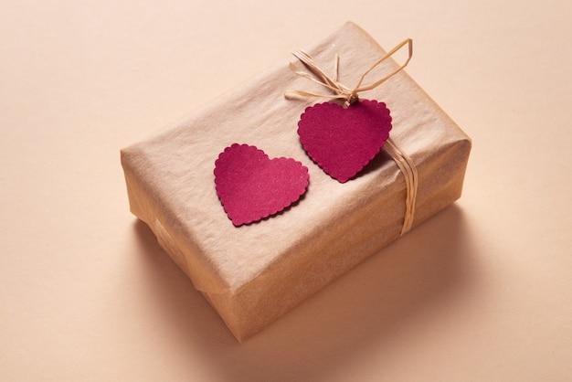 Подарочная коробка, украшенная двумя бумажными сердечками, подарок на день святого валентина