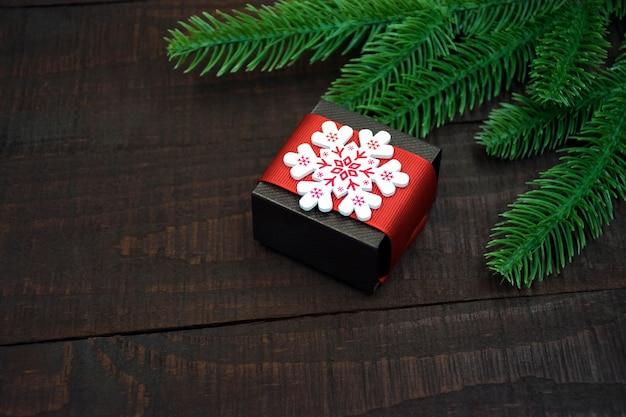 白い雪の結晶で飾られたギフトボックス