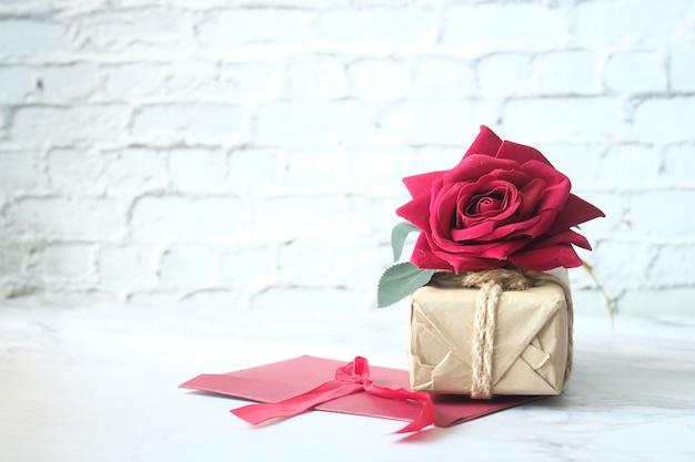 ギフトボックス、封筒、白いスペースにバラの花