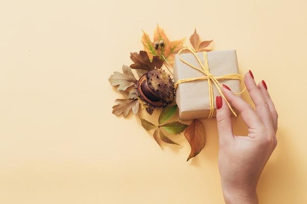 ギフト用の箱。秋は花の装飾の構成を残します。