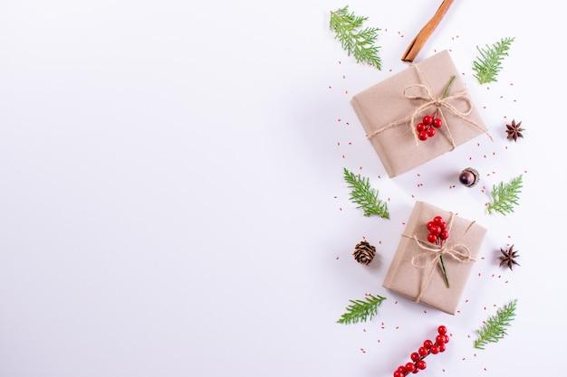 선물 상자, 전나무 가지와 흰색 배경에 장식. 크리스마스, 새 해 개념 평면도, 복사 공간