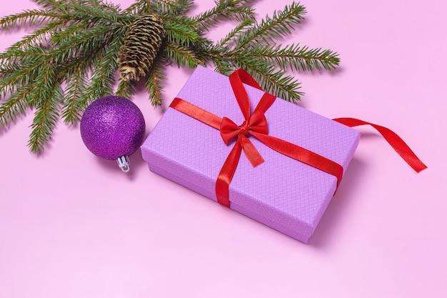 ギフトボックスモミ枝コーンとクリスマスボール