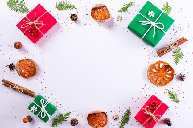 선물 상자, 흰색 바탕에 전나무 가지입니다. 크리스마스, 새 해 개념 평면도, 복사 공간
