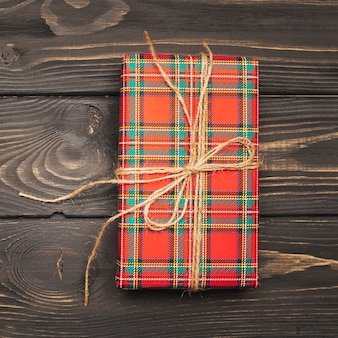 Подарочная коробка на рождество, перевязанная ниткой