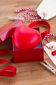Подарочная коробка на день влюбленных с лентой