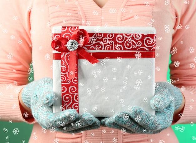 색상 배경에 여성의 손에 선물 상자