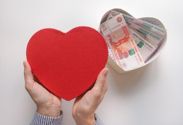 Подарочная коробка в форме сердца с российскими рублями