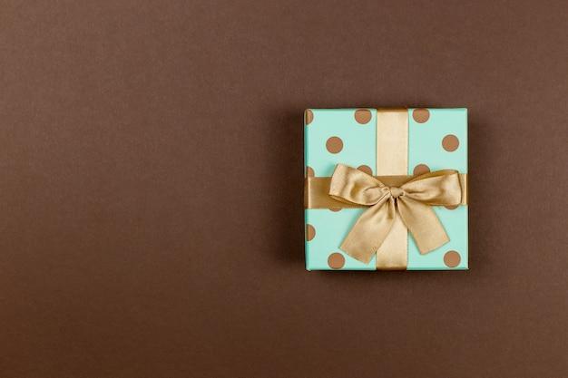 お祝いイベント、母の、バレンタイン、記念日、クリスマス、誕生日のための茶色の背景のギフトボックス。