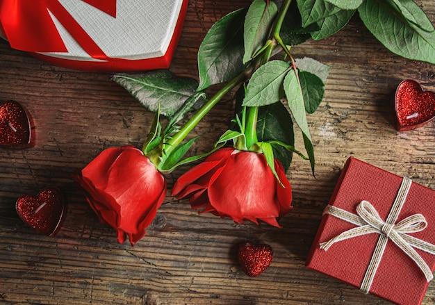 나무 배경에 선물 상자입니다. 발렌타인 데이 선물.selectiv focus.holiday