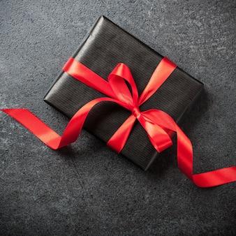 검은 배경에 선물 상자