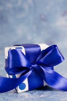 青色の背景にギフトボックス。男性のためのギフトコンセプト。