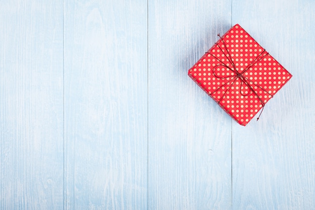 푸른 나무 배경에 선물 상자