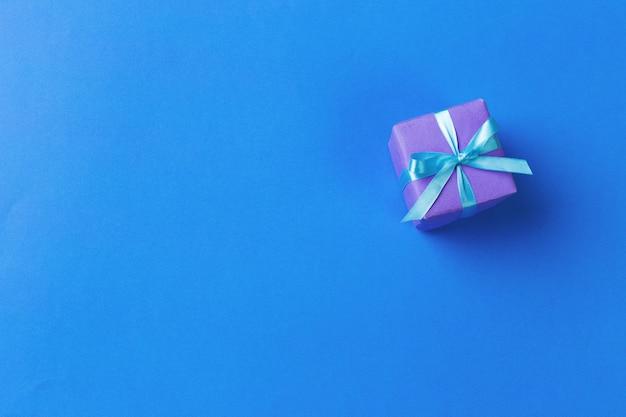 Подарочная коробка на цветном фоне