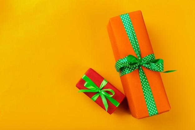 색상 배경에 선물 상자