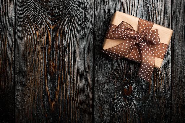 어두운 나무 배경에 선물 상자
