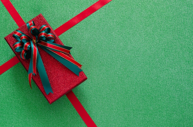 Подарочная коробка на зеленом. рождество и новый год концепция.