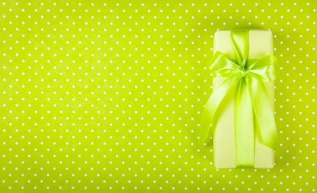 Подарочная коробка на светло зеленый стол.