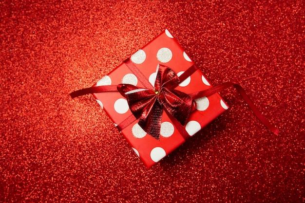 빨간색 배경에 선물 상자, 해피 발렌타인