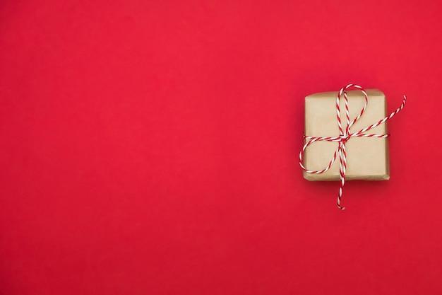 バレンタインデーの赤い表面のギフトボックス。テキスト用のスペース。グリーティングカードまたはwebバナー。