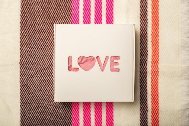 여러 패브릭 질감의 배경에 선물 상자. 구성 발렌타인 데이. 배너. 평면 평신도, 평면도.