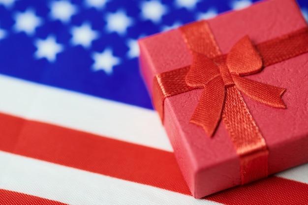 アメリカ国旗のギフトボックス。国民へのアメリカの贈り物。グリーンカードまたは7月4日の独立記念日米国の現在のコンセプト。