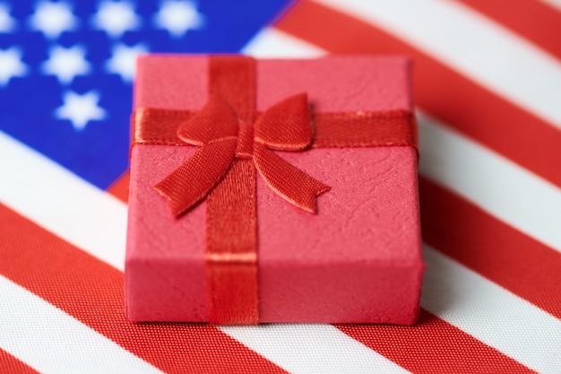 アメリカ国旗のギフトボックス。国民へのアメリカの贈り物。