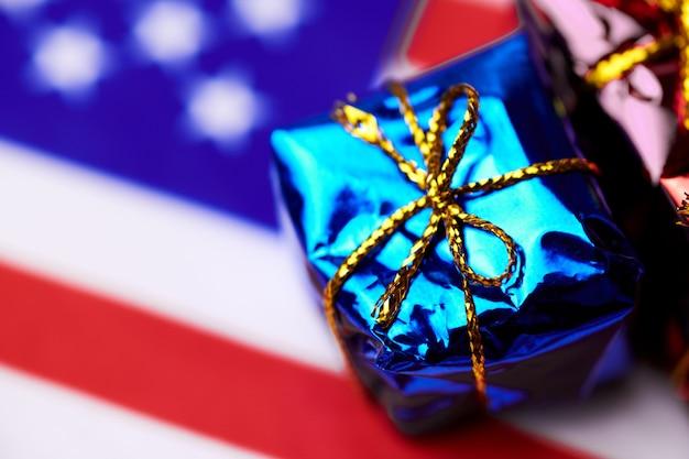 Подарочная коробка на флаге сша. американский подарок нации.